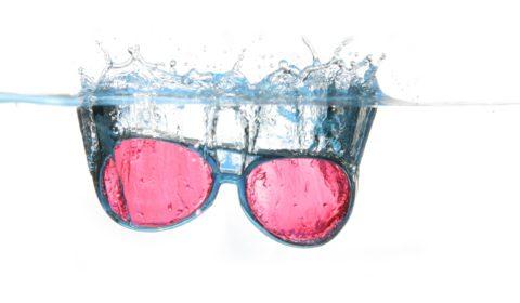 lunettes qui tombent dans l'eau